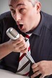 在他的音乐大字书写的人拿着话筒 免版税图库摄影