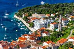 在令人惊讶的群岛的看法有在镇赫瓦尔,克罗地亚前面的小船的 亚得里亚海的港口hvar海岛老城镇 普遍旅游 图库摄影