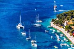 在令人惊讶的群岛的看法有在镇赫瓦尔,克罗地亚前面的小船的 亚得里亚海的港口hvar海岛老城镇 普遍旅游 库存图片