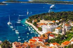 在令人惊讶的群岛的看法有在镇赫瓦尔,克罗地亚前面的小船的 老亚得里亚海的海岛镇赫瓦尔港口  普遍旅游 库存照片