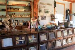 在令人毛骨悚然的运河` s全盛时期期间,大木内阁和商品在百货商店,令人毛骨悚然的运河船博物馆, Chittenango, NY卖了, 2017年 免版税库存照片