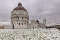 在以后的著名方形的奇迹广场降雪,比萨,托斯卡纳,意大利 免版税库存图片