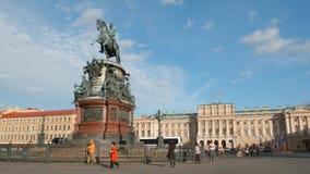 在以撒广场的皇帝附近尼古拉一世的纪念碑的游人步行在夏天 免版税库存照片