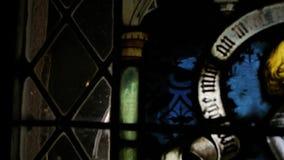 在以祈祷的人为特色的老彩色玻璃的平底锅 股票视频