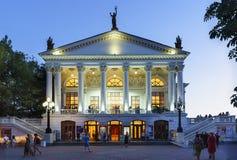 在以A命名的塞瓦斯托波尔学术俄国戏曲剧院附近的人们 v 在晚间表演前的Lunacharsky 免版税库存图片