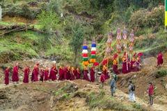 在仪式庆祝的和尚队伍在尼泊尔寺庙 库存照片