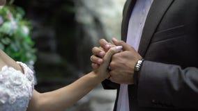 在仪式的年轻婚礼夫妇在瀑布附近 股票视频