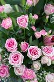在仪式的桃红色人为花束花装饰 免版税库存照片