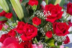 在仪式的红色人为花束花装饰 库存图片