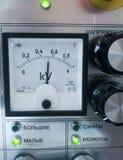 在仪表盘的白色电压传感器 库存照片