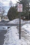 `在任何时候禁止停车`路牌 库存照片