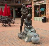 在企业前面的一个雕象在sedona 库存图片