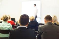 在企业大会和介绍的报告人 库存照片