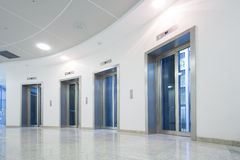 在企业大厦的玻璃电梯门 库存照片