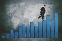 在企业成长图表上的年轻经理 免版税图库摄影