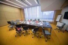 在企业早餐以后的空的会议室 库存照片