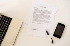 在企业桌上的文件等待的标志 库存照片