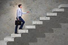 在企业概念的商人上升的事业梯子 免版税库存照片