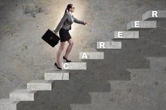 在企业概念的女实业家上升的事业梯子 免版税图库摄影