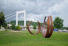在伊丽莎白桥梁附近的抽象纪念碑在布达佩斯,匈牙利 库存图片