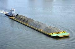 在伊丽莎白河,诺福克,弗吉尼亚的驳船 免版税库存照片