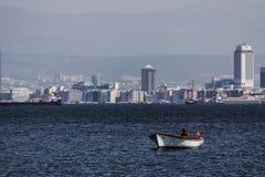 在伊兹密尔海的孤独的土耳其渔夫  免版税库存照片