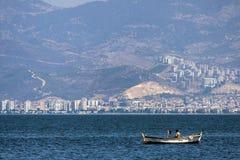 在伊兹密尔海的孤独的土耳其渔夫  库存图片