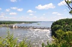 在伊利诺伊河的水坝 免版税库存照片