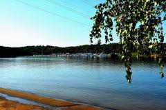 在伊尔库次克水库2016年7月的岸的晚上 免版税库存图片