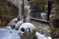 在伊拉克利翁海洋地区被找到的古老amphorae和其他日常使用项目,现在位于在堡垒寇里面 图库摄影