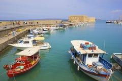 在伊拉克利翁,克利特海岛,希腊旧港口的小船  免版税库存图片