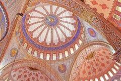 在伊斯兰教的蓝色清真寺里面在伊斯坦布尔,土耳其 库存图片