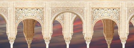 在伊斯兰教的(摩尔人)样式的曲拱在阿尔罕布拉宫,格拉纳达,西班牙 库存图片