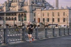 在伊斯坦布尔供以人员清早跑步在加拉塔桥梁,土耳其 免版税库存照片
