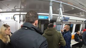 在伊斯坦布尔旅行往塔克西姆驻地,伊斯坦布尔,土耳其的地铁无盖货车里面的通勤者 影视素材