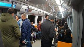 在伊斯坦布尔旅行往塔克西姆驻地,伊斯坦布尔,土耳其的地铁无盖货车里面的通勤者 股票视频