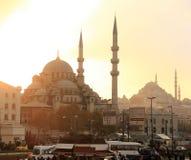 在伊斯坦布尔的日落在海港附近拥挤了正方形有在清真寺的看法 库存照片