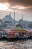 在伊斯坦布尔的日落从桥梁清真寺在背景中 免版税库存照片