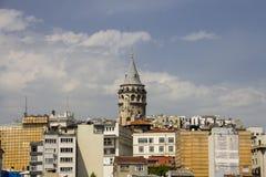 在伊斯坦布尔的欧洲部分的中心的美丽的景色和加拉塔耸立 库存图片