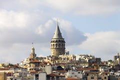 在伊斯坦布尔的欧洲部分的中心的美丽的景色和加拉塔耸立 免版税图库摄影