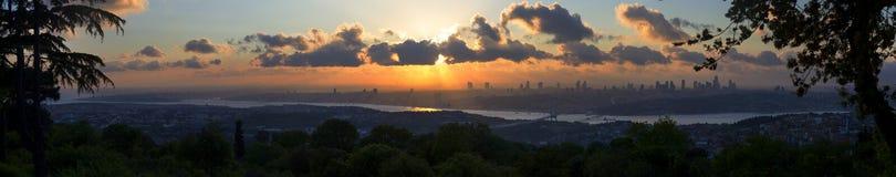 在伊斯坦布尔的欧洲部分的美好的晚日落全景 免版税库存照片