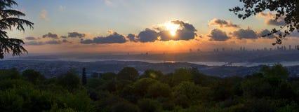 在伊斯坦布尔的欧洲部分的美好的晚日落全景 免版税图库摄影