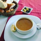在伊斯坦布尔街道咖啡馆的扁豆汤 库存图片
