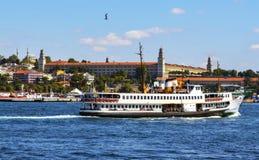 在伊斯坦布尔(称vapur在土耳其语) A vapur的轮渡 在b 免版税库存照片