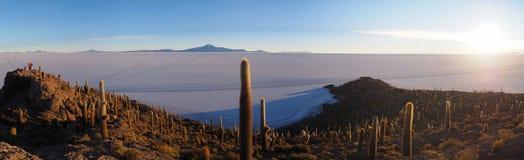 在伊斯拉del Pescado,乌尤尼盐沼,玻利维亚的日出 免版税库存图片