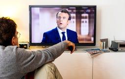 在伊曼纽尔Macron之间的候选人支持者观看的辩论和 库存图片