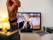 在伊曼纽尔Macron之间的候选人支持者观看的辩论和 图库摄影