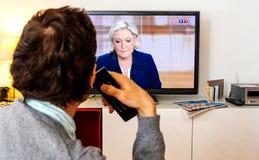 在伊曼纽尔Macron之间的候选人支持者观看的辩论和 库存照片