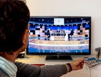 在伊曼纽尔Macron之间的候选人支持者观看的辩论和 免版税库存图片
