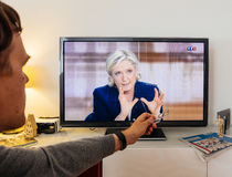 在伊曼纽尔Macron之间的候选人支持者观看的辩论和 免版税库存照片